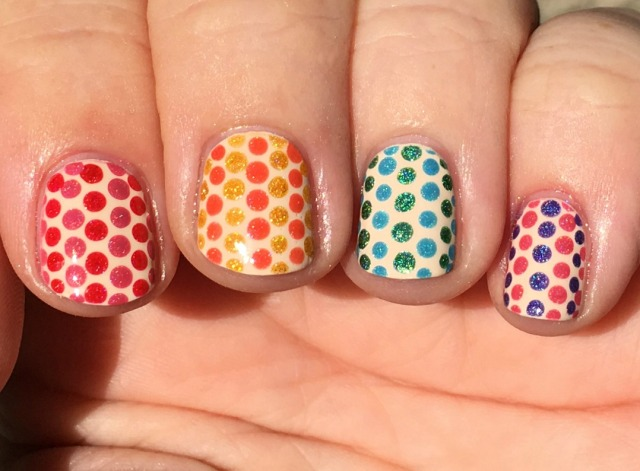 polka-dotted-pattern-fingers